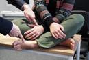 Auch wenn die Hände und Füße überkreuzt sind, kann es passieren, dass die Berührung der rechten Hand am rechten Fuß gespürt wird