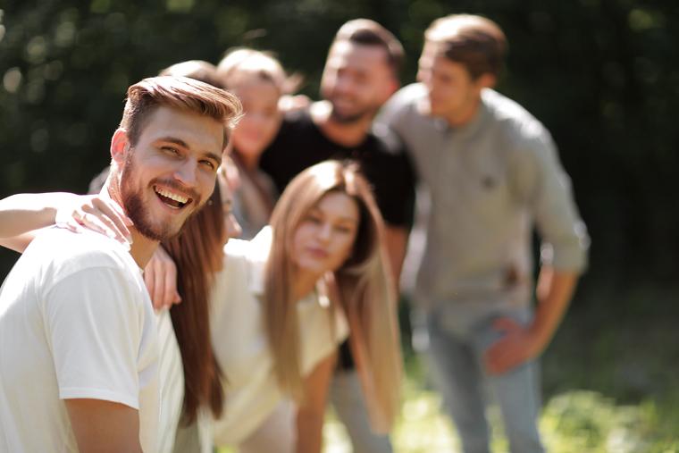 Soziale Kontakte im Alltag erhöhen das psychische Wohlbefindenn