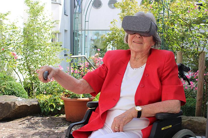 Patientin (92) im Altersheim spielt mit Begeisterung Rehago
